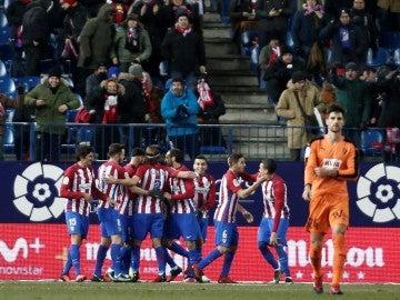 El Atlético celebra la victoria ante el Eibar en el Calderón