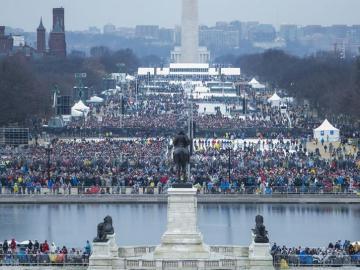La gente llena el National Mall, que se encuentra entre el Capitolio y el Monumento a Washington