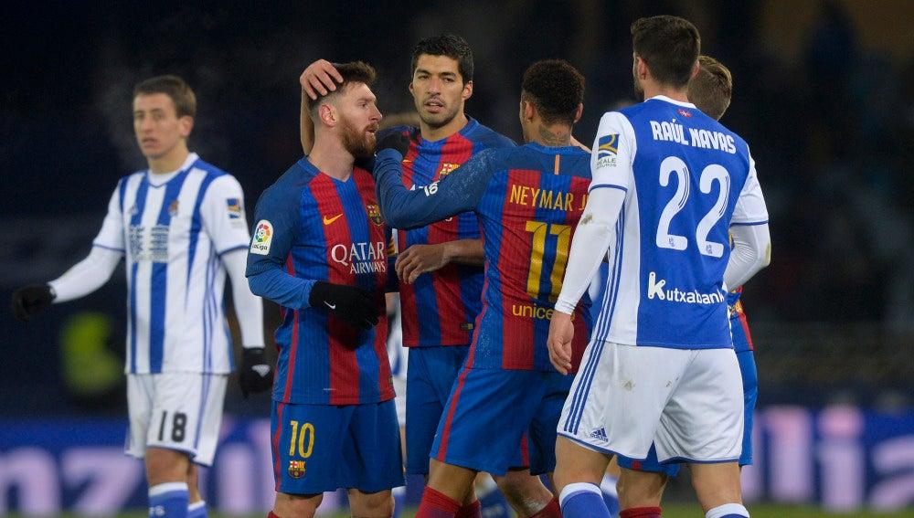 Los jugadores del Barcelona celebran el gol de Neymar contra la Real Sociedad