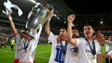 Los jugadores del Real Madrid celebran la consecución de la décima Champions League