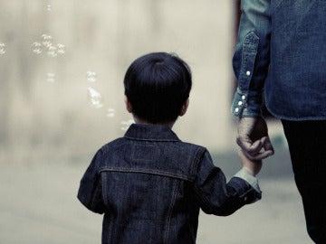Niño, de la mano de su madre