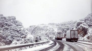 Varios camiones bloqueados en una carretera debido a la intensa nevada