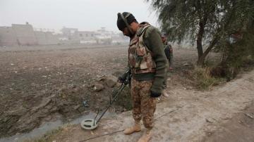Soldado paquistaní en las escena de un ataque