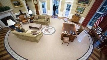 Obama saliendo del Despacho Oval (NO USAR EN REDES)