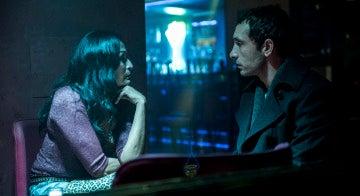 Álex interroga a mujer para conocer más datos sobre el hombre de la cara picada