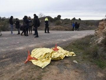 La ropa del detenido tapada al borde de una carretera, en las inmediaciones del lugar donde un cazador mató ayer a dos agentes rurales en el término de Aspa (Lleida)