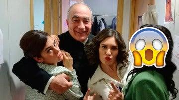 ¿Quién se divierte junto a Camila y don Anselmo en los camerinos?