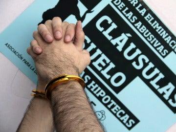 Dos manos atadas durante una protesta contra la cláusulas suelo de las hipotecas