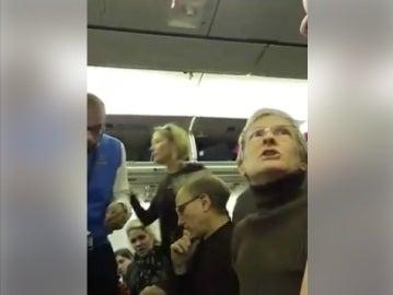 Mujer expulsada del avión por no querer sentarse junto a un pro-Trump