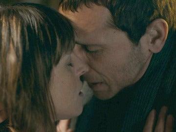 Los corazones de Álex y Marian se corresponden con un pasional beso