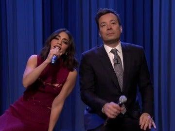 Frame 86.838348 de: Jimmy Fallon y Vanessa Hudgens sorprenden cantando 'a capella' la canción de 'Friends'