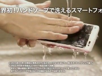 Frame 8.547155 de: El smartphone que puede lavarse con agua y jabón