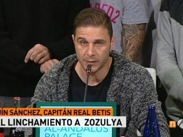 Joaquín lee un comunicado en apoyo a Zozulya