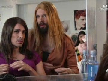 Frame 77.268333 de: Cómo ir a la peluquería con tu pareja y no morir en el intento