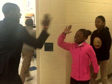 El profesor saluda a una de sus alumnas