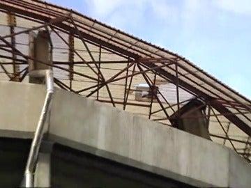 Frame 6.951912 de: Aplazado el Deportivo - Betis por el fuerte viento que ha levantado parte de la cubierta de Riazor
