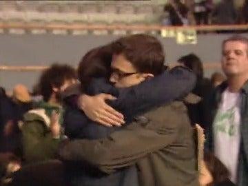 Frame 0.516377 de: Abrazo ante las cámaras de Pablo Iglesias e Íñigo Errejón para calmar los ánimos