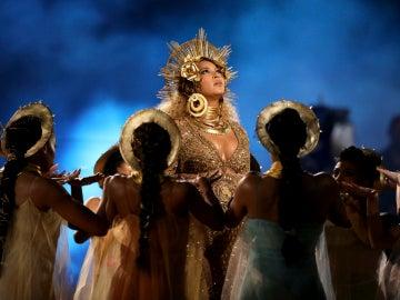 Actuación embarazada de Beyoncé en los Premios Grammy 2017