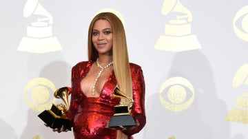 Beyoncé posa embarazada con sus dos premios Grammy
