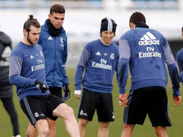 Gareth Bale pasa el balón en un entrenamiento con el Real Madrid