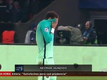 Frame 25.849444 de: Los jugadores del Barça dolidos: Neymar hundido; Piqué y Busquets evitan dar declaraciones