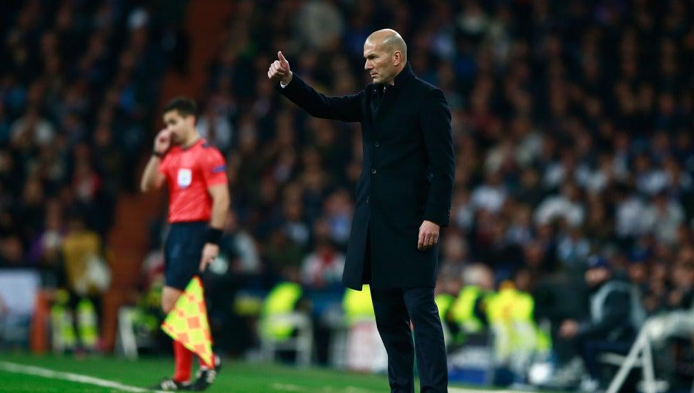 Zidane, en la banda del Bernabéu