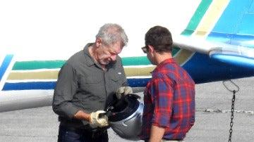 Harrison Ford a punto de montarse en su avioneta