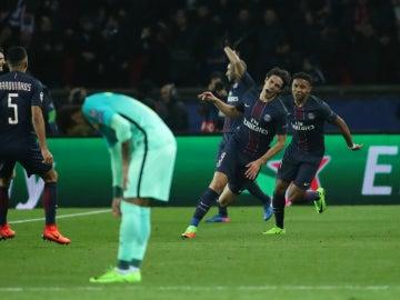 Neymar, cabizbajo en el gol de Cavani