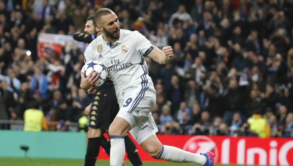 Benzema celebra un gol ante el Nápoles