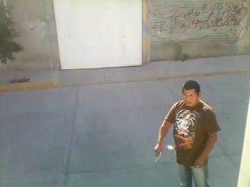 Frame 12.775987 de: Graban el momento en que un hombre tirotea a otro durante una discusión por una mujer