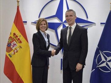 María Dolores de Cospedal, saluda al secretario general de la OTAN