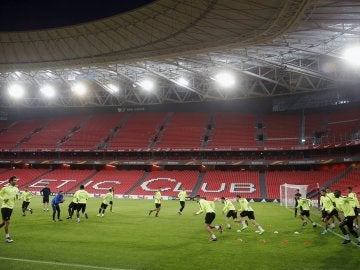 Los jugadores del APOEL de Nicosia se entrenan en San Mamés