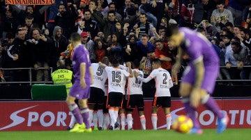 Los jugadores del Valencia CF celebran un gol al Real Madrid