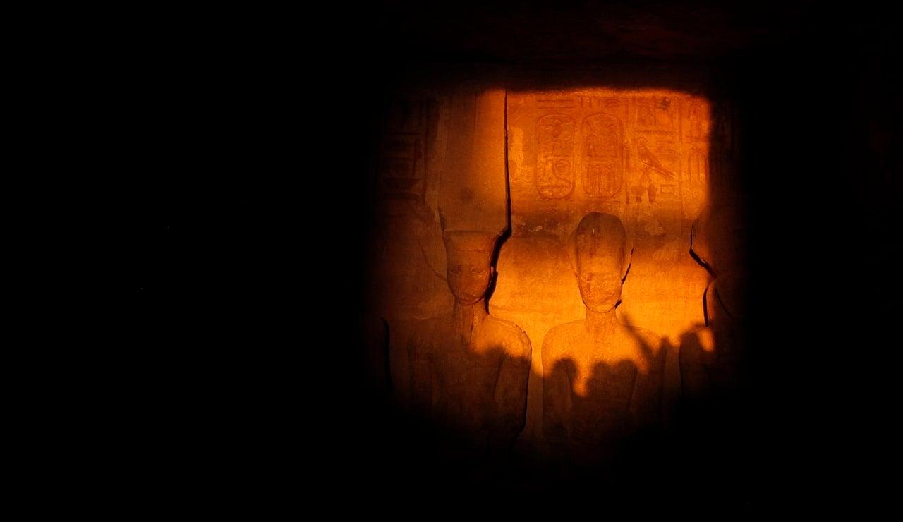 El faraón Ramsés II iluminado por el sol