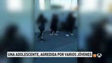 Frame 20.513333 de: Investigan una brutal agresión de un grupo de adolescentes a una niña en Colmenar Viejo