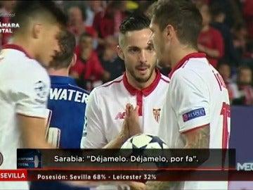 Frame 13.542442 de: Tres jugadores del Sevilla se pelearon por tirar el penalti ante el Leicester y Vitolo decidió que lanzara Correa