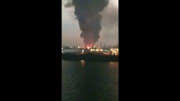 Frame 2.082866 de: Incendio en una planta de residuos en Singapur