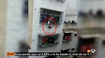 Frame 8.235555 de: Arriesgan su vida para rescatar a una niña que se había quedado atrapada por la cabeza entre las rejas de una ventana