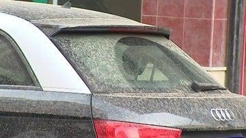 """Frame 19.855791 de: """"Luvia de barro"""" en Sevilla por el polvo africano"""