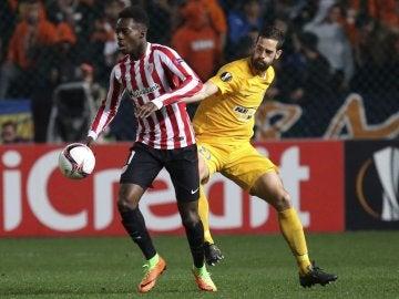 Iñaki Williams pelea un balón ante el APOEL de Nicosia