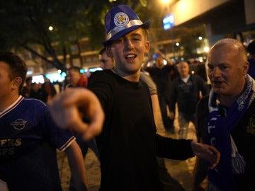 Varios aficionados del Leicester, antes del partido contra el Sevilla en el Pizjuán