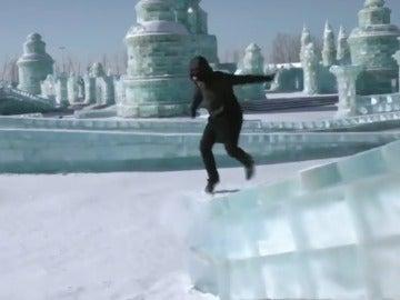 """Frame 8.435707 de: Un """"freerunner"""" alemán sorprende con sus acrobacias sobre el hielo"""