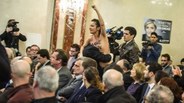 Una activista de Femen interrumpe un mitin de Le Pen