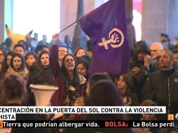 Frame 16.523833 de: Cientos de personas se manifiestan en Madrid para apoyar a ocho mujeres en huelga de hambre que piden un pacto de Estado contra la violencia machista