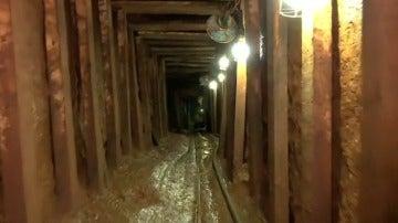 Frame 13.758793 de: Descubren un túnel de 50 metros bajo la prisión de Porto Alegre, en Brasil