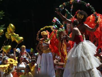 Cientos de personas participan en un desfile en Río de Janeiro