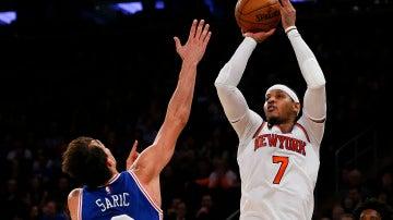 Carmelo Anthony, con la canasta ganadora sobre los Sixers