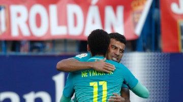 Rafinha, abrazado a Neymar tras marcar un gol