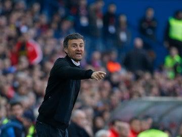 Luis Enrique, da órdenes a su equipo en el Calderón