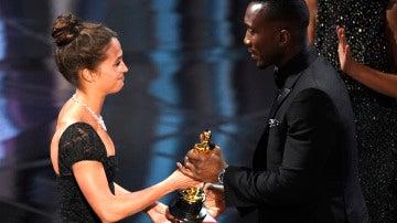 Mahersala Ali recoge su Oscar de manos de Alicia Vikander
